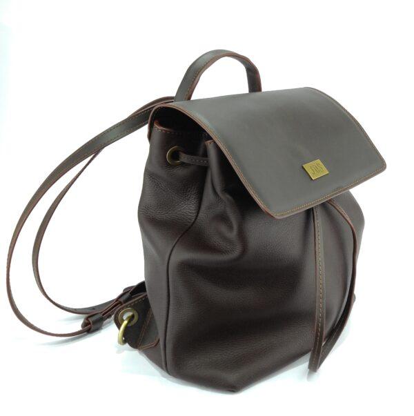 mochila de piel marrón
